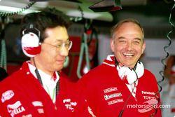 John Howett con un miembro del Toyota team
