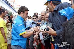 Fernando Alonso con fans