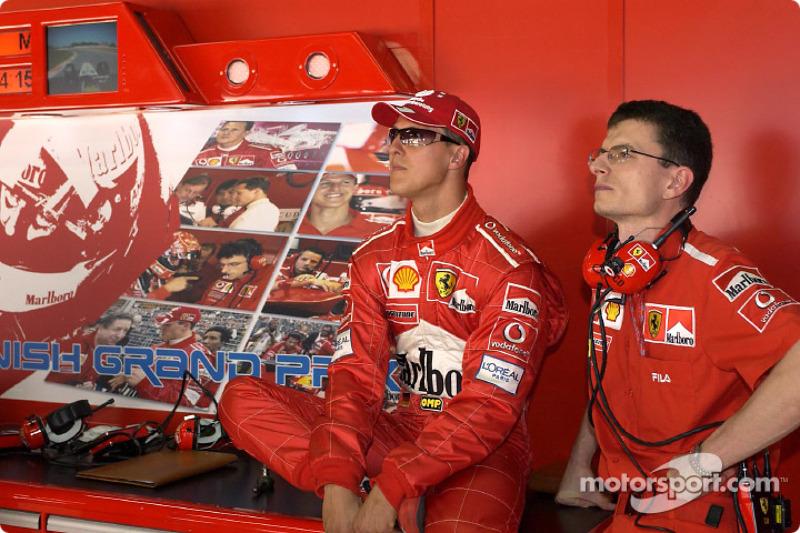 Michael Schumacher y Chris Dyer ven la clasificación.