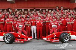 Foto de familia de Michael Schumacher, Rubens Barrichello, Felipe Massa y el equipo Ferrari