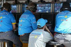Fernando Alonso ve el resto de la sesión de clasificación en el muro de boxes