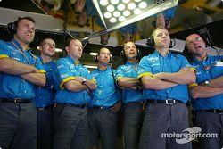 Miembros de la tripulación Renault F1 durante vuelta de calificación de Fernando Alonso