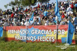 Numerosos fans de Fernando Alonso