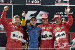 El podio: ganador de la carrera de Michael Schumacher con Ross Brawn, Fernando Alonso y el brasileño