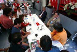 Medios japoneses hablan con Sr. Okuda y Dr. Toyoda