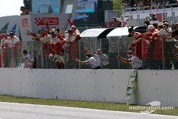 Los miembros del equipo Toyota celebran con Cristiano da Matta 6to lugar final