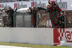 Los miembros del equipo Minardi celebran con Justin Wilson y Jos Verstappen