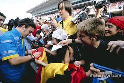 Fernando Alonso con sus fans