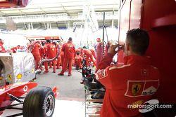 Práctica de pitstop para el equipo Ferrari