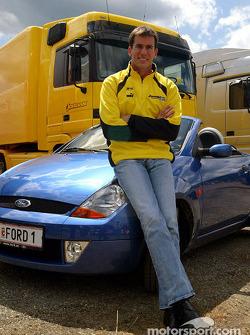 Ralph Firman, posa con un Ford StreetKa