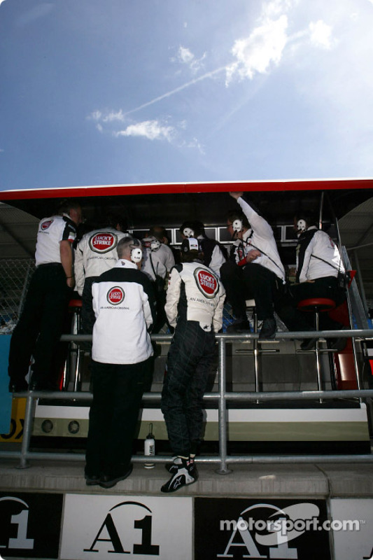 BAR muro de pit: Jenson Button, Geoff Willis y David Richards