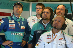 Los miembros del equipo Heinz-Harald Frentzen y Sauber ven la clasificación