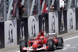 Ganador de la carrera Michael Schumacher celebra la victoria