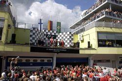 Podio: ganador de la carrera Michael Schumacher, segundo lugar Kimi Raikkonen y tercer lugar Rubens