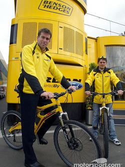 Ralph Firman y Giancarlo Fisichella en bicicletas de montaña Jordan