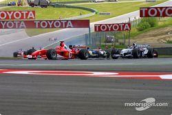 Michael Schumacher lidera a Juan Pablo Montoya en la curva Remus