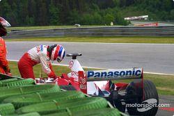Olivier Panis fuera en la vuelta 9