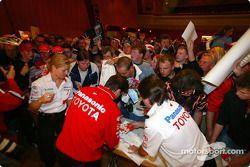 Miembros del equipo Toyota con fans