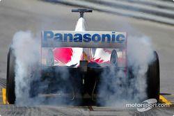 Olivier Panis smokes tires