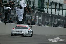 Christijan Albers takes checkered flag