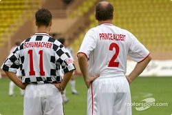 Partido de fútbol en Stade Louis II en Mónaco: Michael Schumacher y el Príncipe Alberto