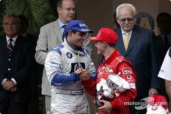 Podium : le vainqueur Juan Pablo Montoya avec Michael Schumacher