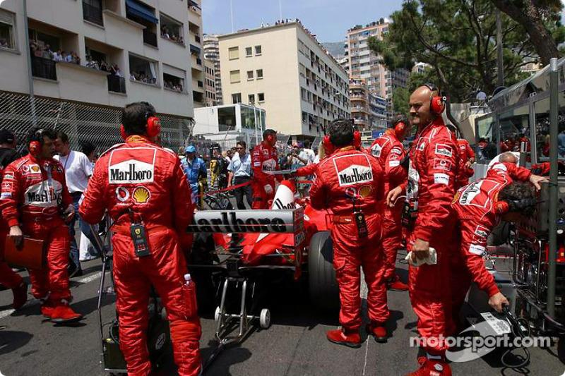 Ferrari sur la grille de départ