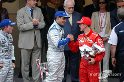 Podium : le vainqueur Juan Pablo Montoya avec Kimi Raikkonen et Michael Schumacher