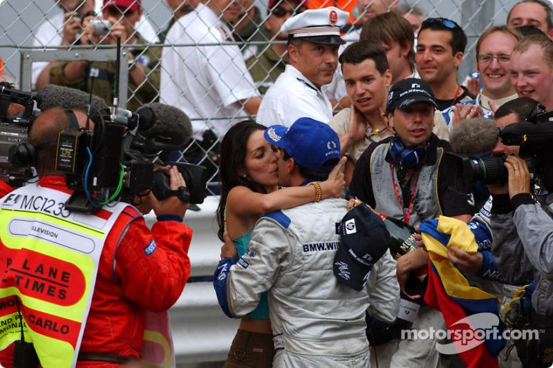 Ganador d ela carrera Juan Pablo Montoya celebra el triunfo con Connie