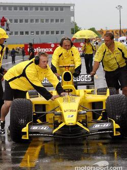 Los miembros del equipo Jordan empujan el coche