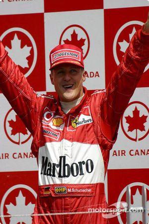 El podio: el ganador de la carrera, Michael Schumacher