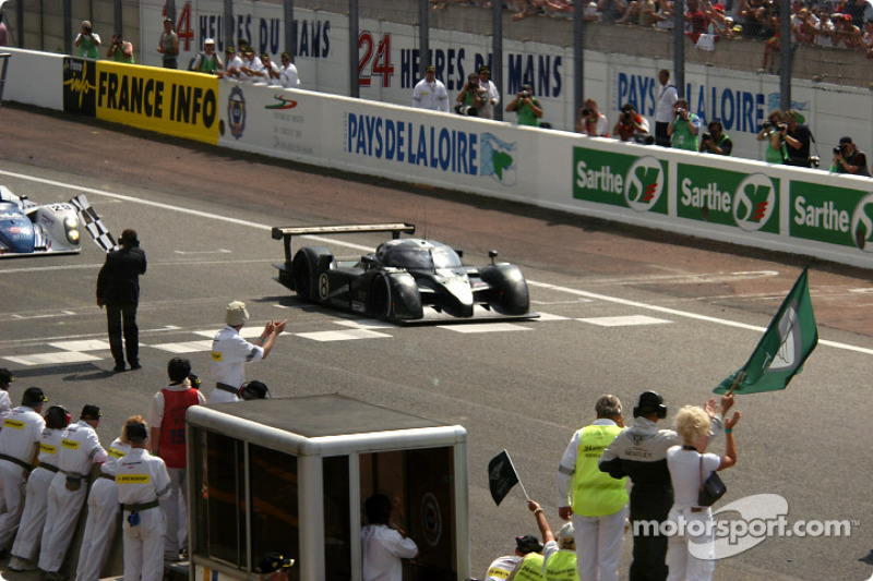 #8 Team Bentley Bentley Speed 8: Johnny Herbert, David Brabham, Mark Blundell takes checkered flag