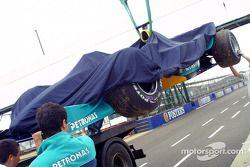 La voiture de Nick Heidfeld sur le plateau arrière du camion