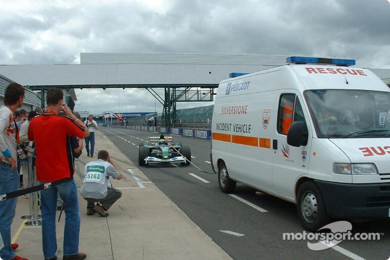 Mark Webber remolcado a los pits
