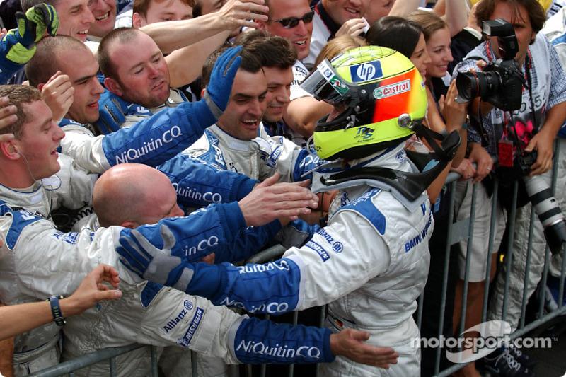 Yarış galibi Ralf Schumacher kutlama yapıyor