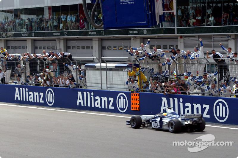 Yarış galibi Ralf Schumacher greeted by Williams-BMW takım elemanları