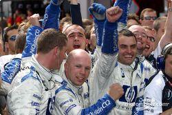Los miembros del equipo Williams-BMW celebran