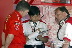 Ross Brawn and a Bridgestone engineer