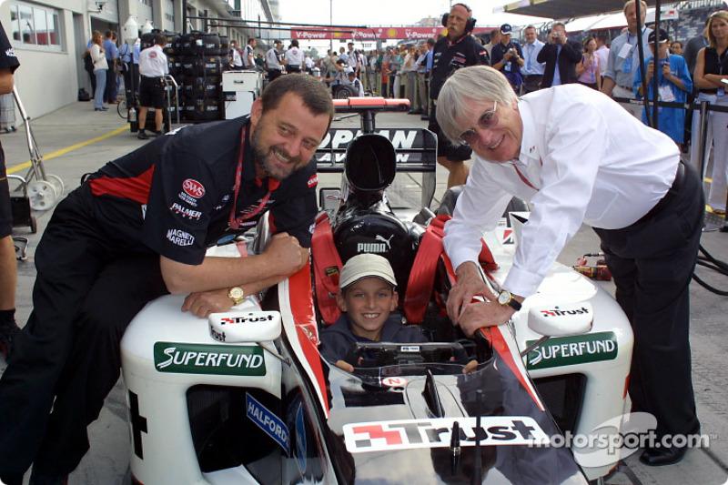 Paul Stoddart et Bernie Ecclestone avec un jeune fan