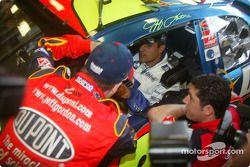 Jeff Gordon, à gauche, donne des conseils à Juan Pablo Montoya