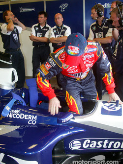 Jeff Gordon climbs into cockpit, FW24
