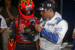 Jeff Gordon, left, listens closely as Juan Pablo Montoya explains many buttons ve switches, ve F1 di