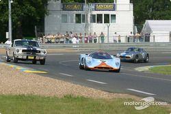 la Chevron B16 n°48 pilotée par Jon Minshaw, Martin Stretton, et la Ford Shelby GT350 n°18 pilotée par Jean-Pierre Hubin