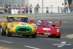 la Jaguar E Type n°10 pilotée par Carlos Monteverde, et la Ferrari 512S n°7 pilotée par Nick Mason, Mark Hales