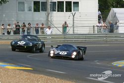 la LolaT70 MkIII n°11 pilotée par Peter Schleifer, et la Jaguar Lightweight E Type n°17 pilotée par Jo Bamford, Frank Sytner