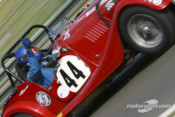 la Morgan Plus 4 n°44 pilotée par Adrian van der Kroft, Jack Bell