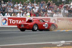 la Ferrari 250 LM n°28 pilotée par Harry Leventis, Gregor Fisken