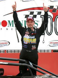 Dave Steele montre qu'il a remporté la course deux fois de suite