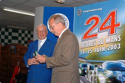 Cérémonie de remise des prix du Mans: Michel Cosson présente Phil Hill avec le prix the Spirit of Le Mans