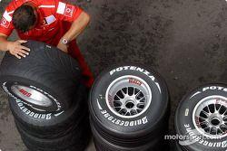 Un membre de l'équipe Ferrari travaille sur les roues
